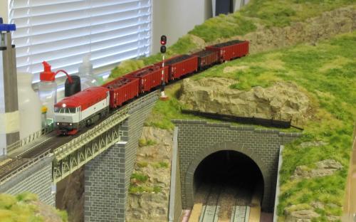 A ještě jedna: vlak v téměř hotové krajině odjíždí ze stanice ...