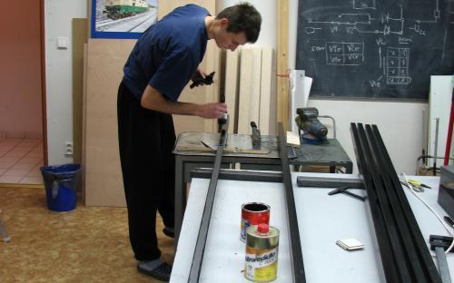 Výroba ocelového rámu na nábytek - nátěr stojin