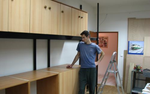 Montáž nábytku do ocelového rámu