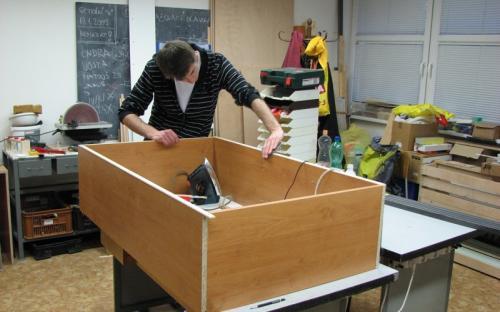 Výroba skříněk u pracovního stolu