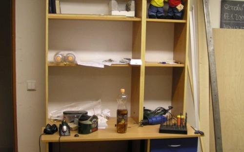 Nově vyrobený (pracovní?) stůl s horními úložnými prostory