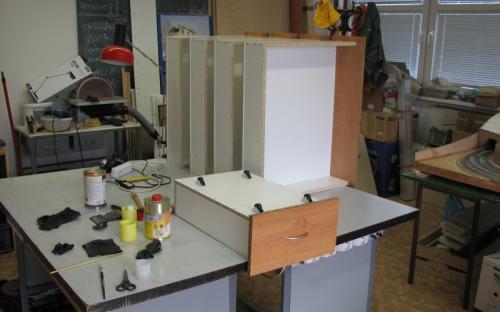 Nově vyrobené spodní šuplíky pod skříňovou stěnu