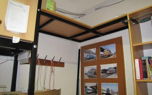 Kabelová trasa - vlevo nade dveřmi průchod skrze stěnu do předsíně