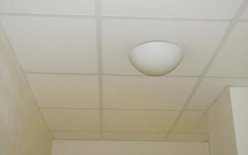 Nad tímto stropem předsíně a WC vedou kabely do průchozí místnosti