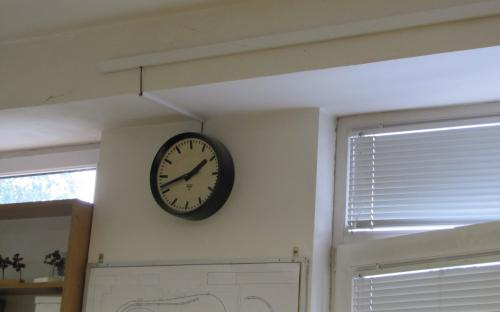 Hodiny modelového času v pracovně KŽM
