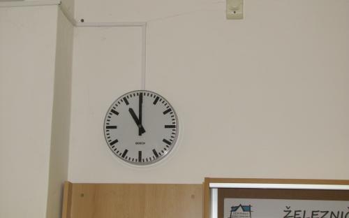 Hodiny modelového času v průchozí místnosti