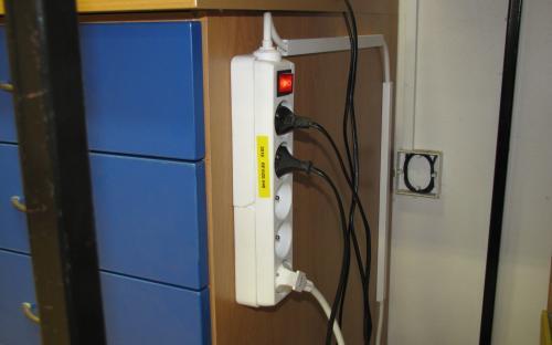 Zásuvka na audio signál  v pracovně KŽM - vzadu na stěně pod kolejištěm
