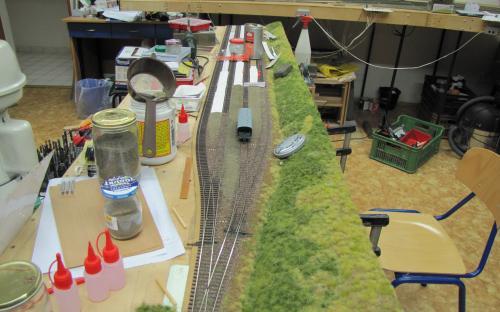 Zaštěrkování kolejí a stavba sypaných nástupišť
