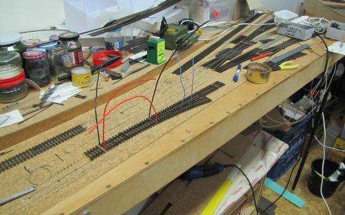 Pokládka výhybky - připojení elektrického přívodu ke každé kolejnici výhybky