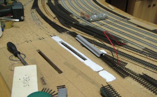 Pokládka kolejí v lokomotivním depu