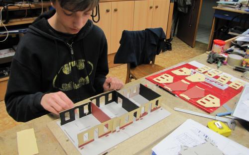 Stavba pro Igra Model (budova Hronov) - lepení prvního podlaží budovy