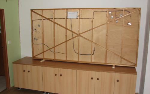 Malé kolejiště a námi vyrobené skříňky zatím zůstávají v průchozí místnosti