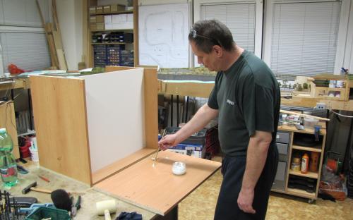 Stavba korpusu skříňky na barvy a laky