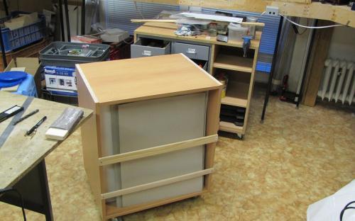 Zadní strana skříňky pro uložení kartonů