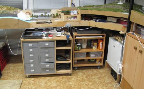 Skřínka s barvami a laky vpravo vedle skříňky na nářadí