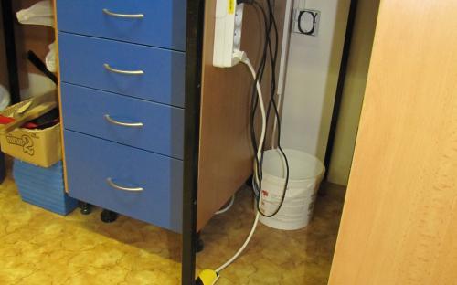 Nové trasy 230V - viz také pruhovaná lišta na podlaze