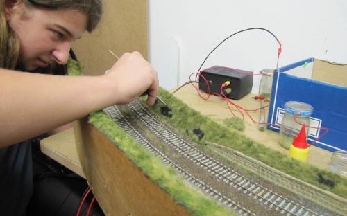"""... a nyní ještě barví díry po trávě """"spálené"""" od parních lokomotiv."""