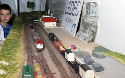 Do Ledče přijel manipulační vlak, vpravo probíhá posun u rampy