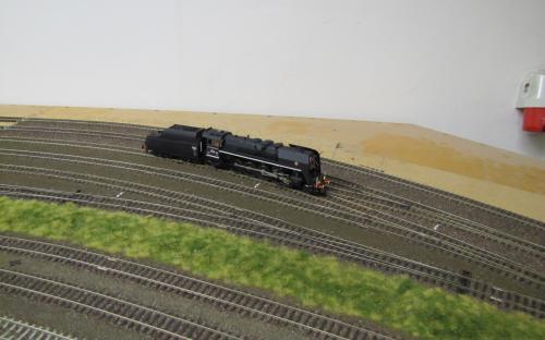 Lokomotiva 475.1 na neobvykle prázdných kolejích depa