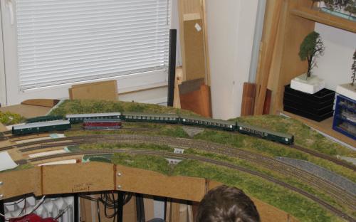 Do Světlé vjíždí osobní vlak z Ledče