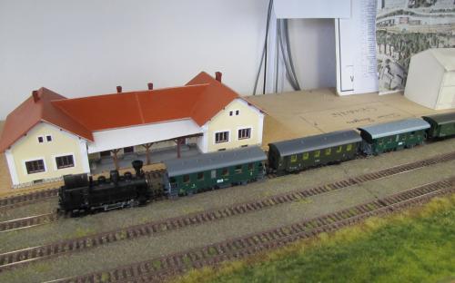 ... a v Ledči po objetí lokomotivy je vlak připraven k odjezdu zpět.