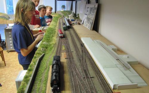 Stanice Ledeč - vlevo zatravněná cesta, vpravo rozestvěná rampa