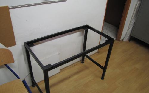 Nový stůl v předsíni - ocelový rám stolu po natření