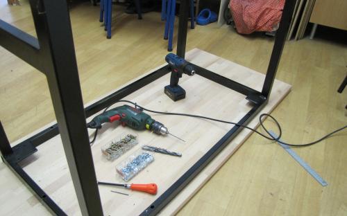 Montáž dřevěné desky na ocelový rám (pomocí 6 vrutů)