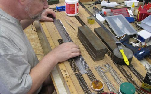 Detail pokládky kolejí - vyrovnání koleje podle ocelového pravítka