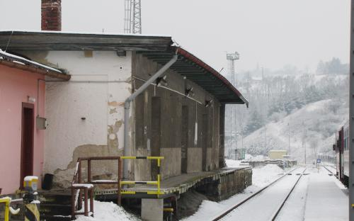 Ukázka nových fotografií skladiště v Ledči (vpravo jsou vidět odstavené vozy)