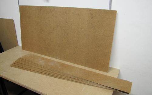 Nařezané pásy sololitu