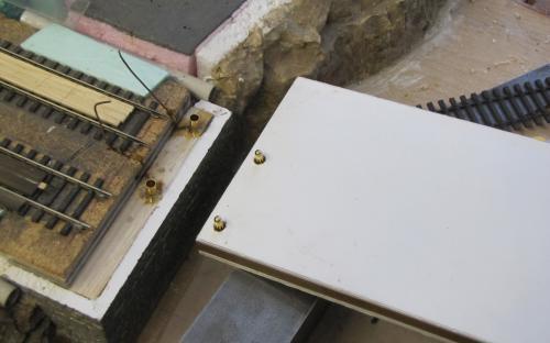 Zalepená spodní část konektorů do opěry mostu