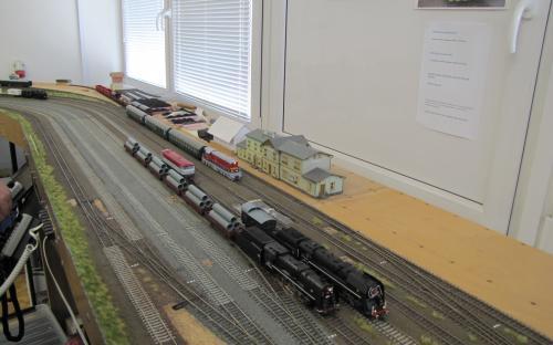 Čilý provoz ve Světlé - vpředu nákladní vlaky vzadu osobní a posun