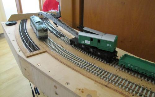 Jeřáb z nehodového vlaku vyprošťuje vykolejenou lokomotivu