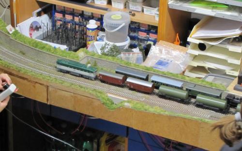 Nákladní vlak odjíždí ze Světlé do Brodu