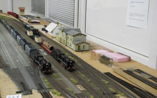Dva nákladní vlaky ve Světlé připravení k odjezdu