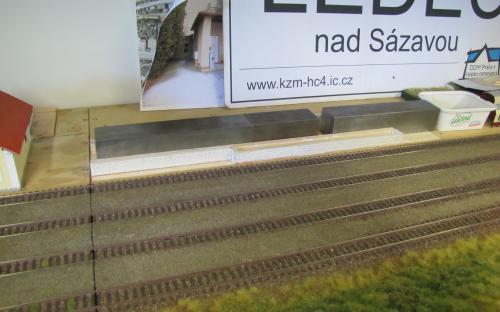 Lepení dřevěného základu rampy pro skladiště přímo na místě určení
