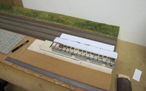 Sestava rampy a skladiště během výroby - pohled od silnice