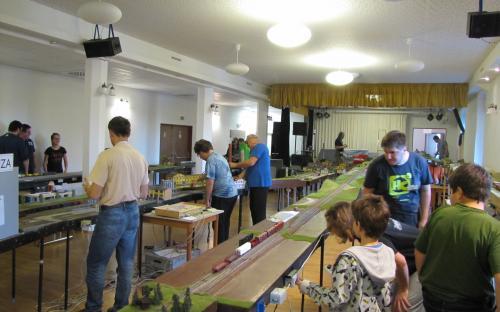 Celkový snímek modulového kolejiště v zámecké jídelně
