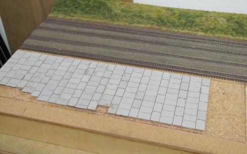 Postupné dláždění panelové sládkové plochy v Ledči