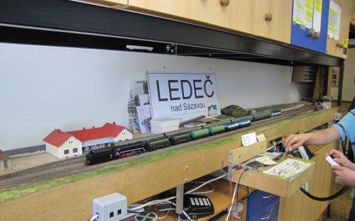 A ještě jeden pohled do Ledče s vlakem odjížějícím do Světlé