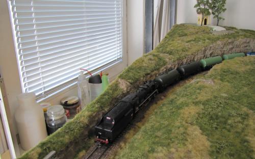 Tentýž vlak při průjezdu skalním zářezem po odjezdu z Ledče ...