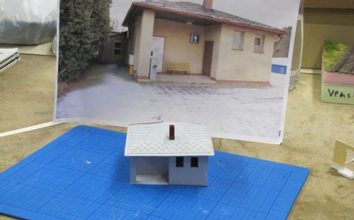 Staniční záchodky ve stavbě - foto skutečné budovy v pozadí