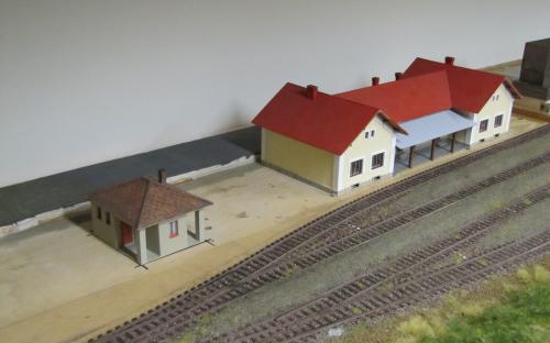 Staniční budova a záchodky v Ledči
