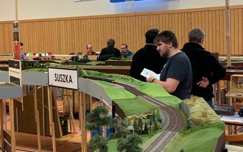 Náš Honza Kaštánek vede vlak skrz polskou zastávku Suszka