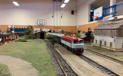 Zamračená s patrovými vozy ve stanici Verneřice