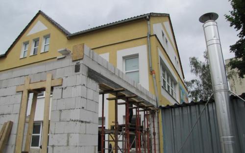 Betonový okenní překlad s ocelovou výztuží podepřený po dobu zrání betonu.