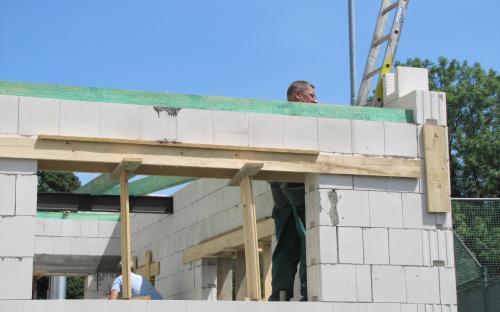 Malá okénka z druhé strany přístavby, kde bude sklad.