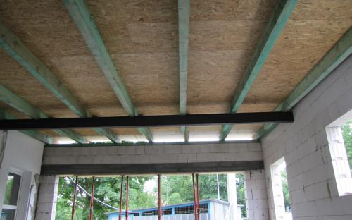 Položený krov a na něm konstrukce střechy.