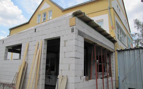 Přístavba pomalu získává svůj budoucí tvar.
